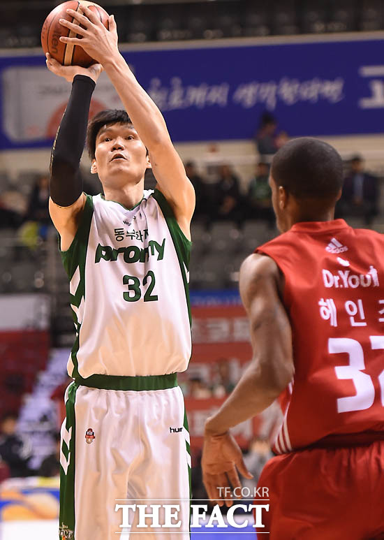 동부 김주성이 3점슛을 터뜨리고 있다.