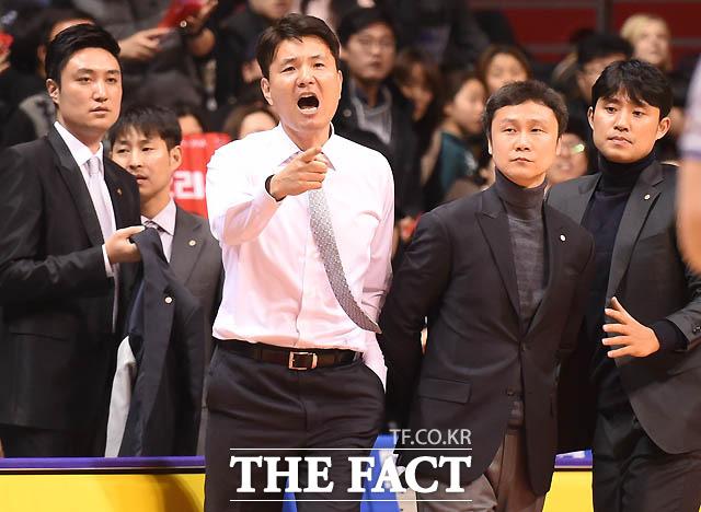 동부 김영만 감독이 4쿼터 종료 직전 허웅이 테크니컬 파울을 당하자 거칠게 항의하고 있다.