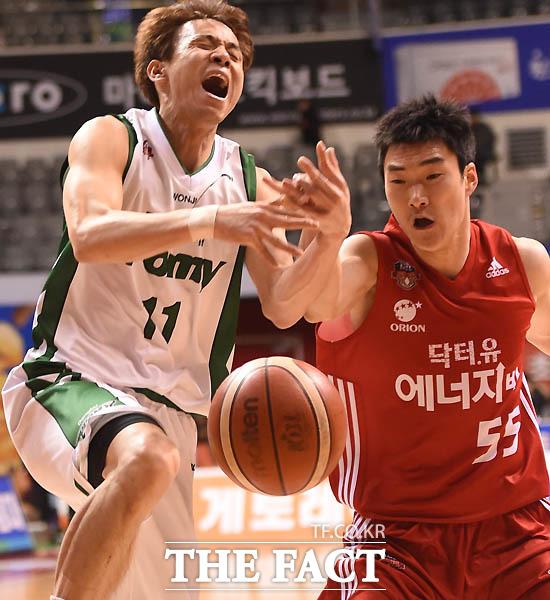 동부 김현호가 골밑으로 돌파를 시도하다  오리온 김진유에게 저지 당하고 있다.
