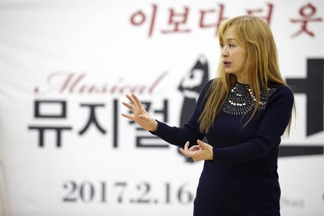 박해미는 자신의 첫 연출작 넌센스2에서 메리 레지나 역을 맡았다. /로네뜨 제공
