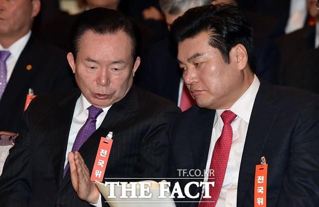 자유한국당 대선주자인 원유철(오른쪽)·이인제 전 의원이 15일 김정남 피습을 언급하면서 한반도의 안보 위기를 강조했다. /이새롬 기자