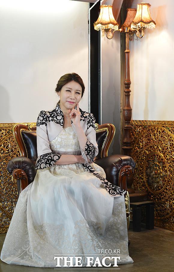 더팩트 기획 프로그램 '최고의 순간'의 MC 홍수빈이 지난달 4일 오후 서울 마포구 서교동 디테라스&브알라에서 포토타임을 갖고 있다. /이덕인 기자