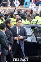 [TF포토] '태극기 부대 영장 기각 촉구' 뒤로 법원 들어서는 이재용