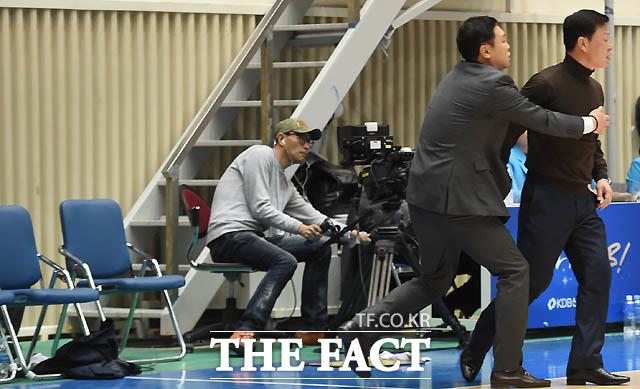 KDB 김영주 감독이 신동재 심판의 판정에 상의를 내던지며 코트로 뛰어들고 있다. 박영진 코치가 흥분한 김 감독을 말리고 있다.