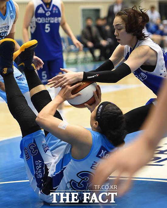 삼성생명 김한별과 KDB 한채진이 볼을 차지하기 위해 몸싸움을 벌이고 있다.