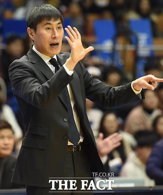 최근 부친상을 당한 뒤 복귀한 삼성 이상민 감독이 검정색 양복과 넥타이를 메고 경기를 지휘하고 있다.