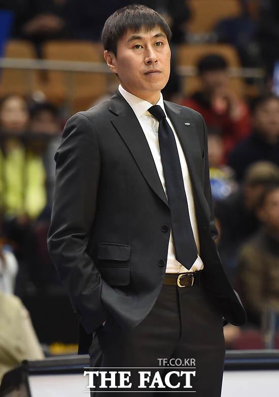 최근 부친상을 당한 뒤 복귀한 삼성 이상민 감독이 검정색 양복과 넥타이를 메고 있다.