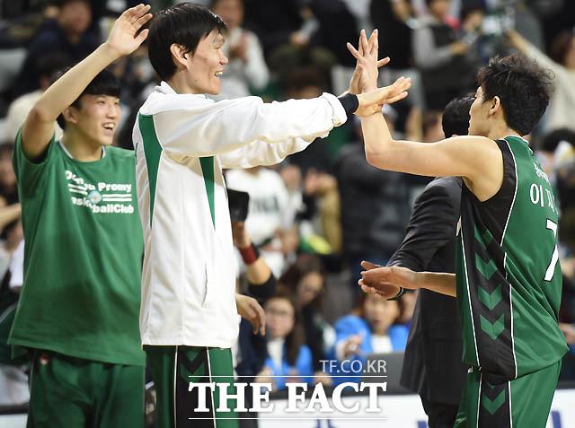 원주 이지운이 연이어 3점포를 터뜨리며 역전에 성공하자 김주성이 하이파이브를 나누며 기뻐하고 있다.