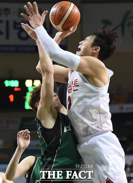안양 이정현이 원주 박지현의 마크를 뚫고 골밑슛을 성공시키고 있다.
