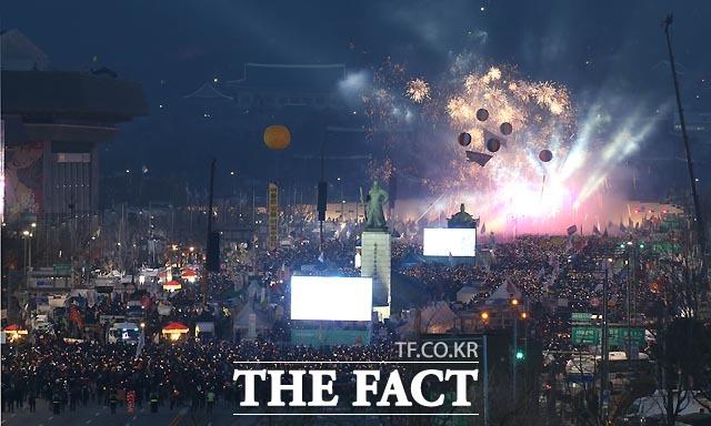 11일 오후 서울 광화문광장에서 탄핵찬성 촛불집회가 열렸다. 집회 참가자들이 박근혜 전 대통령의 탄핵인용을 축하하는 불꽃놀이와 함께 풍선을 날리고 있다.   /사진공동취재단