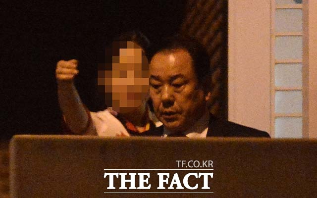 이우현 의원이 직원의 안내를 받으며 식당 후문을 통해 차량으로 이동하고 있다.
