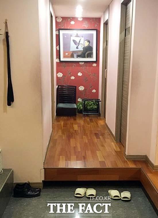 방 앞에 놓여 있는 조 의원의 신발