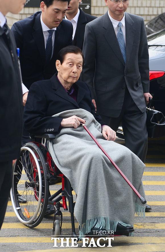 휠체어 타고 법정 출석한 신격호 총괄 회장