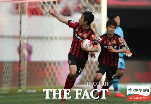 서울 박주영이 19일 광주와 홈경기에서 페널티킥으로 동점을 만든 뒤 기뻐하고 있다. /한국프로축구연맹 제공