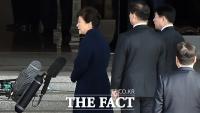 [TF포토] 피의자 신분으로 검찰에 선 박근혜 전 대통령