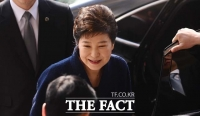 [TF포토] 미소 지으며 검찰로 향하는 박근혜 전 대통령