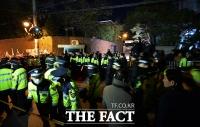 [TF포토] 박근혜 전 대통령 조사 종료…'자택 앞 분주한 경찰'