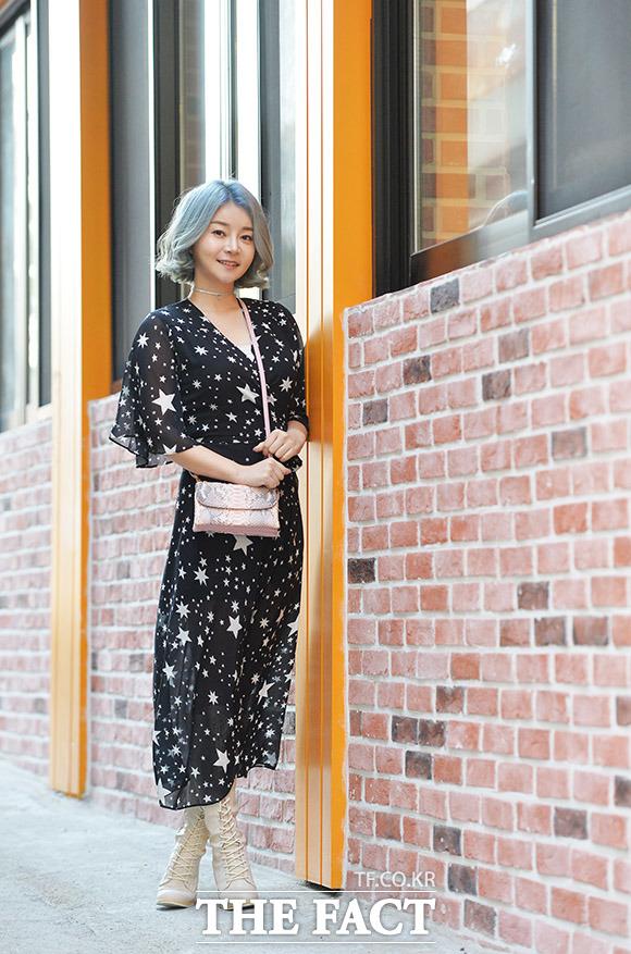 배우 겸 MC 김하정이 14일 오후 서울 중구 을지로의 한 음식점에서 인터뷰 전 포즈를 취하고 있다. /이덕인 기자