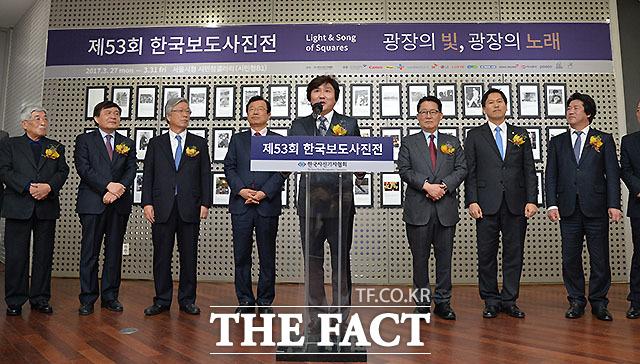 제53회 한국보도사진전 광장의 빛, 광장의 노래 개막식이 27일 서울시청 시민청갤러리에서 열린 가운데 한국사진기자협회 이동희 회장이 인사말을 하고 있다.