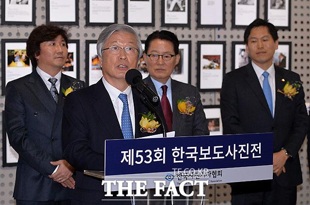 축사하는 한국신문협회 이병규 회장