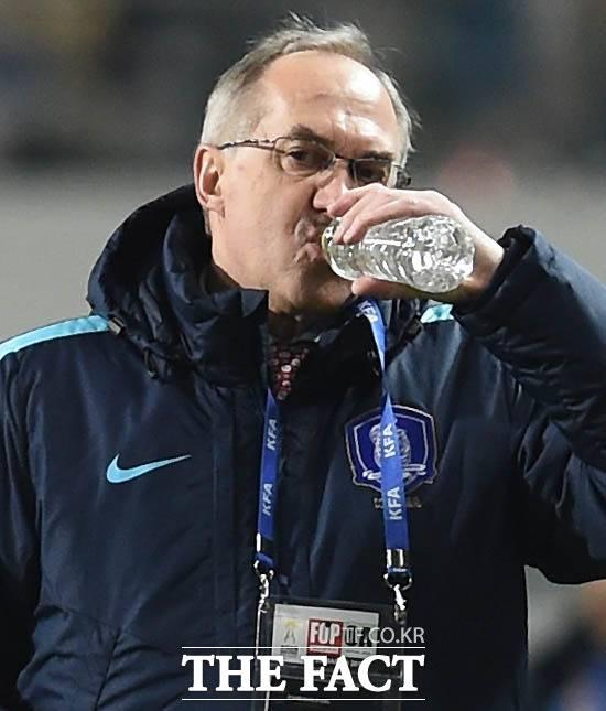 속타는 슈틸리케. 시리아와 경기에서 답답한 경기력이 이어지자 슈틸리케 감독이 목이 타는 듯 물을 마시고 있다. /서울월드컵경기장=최용민 기자