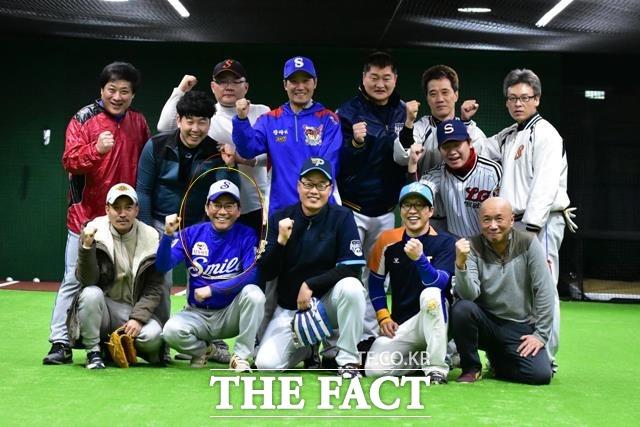 야구는 내 삶의 중심. 이봉원(앞쪽 원안)은 연예인 스마일 야구단을 이끌며 야구초보 후배 연예인들을 다수 구제(?)했다. /스마일 야구단 제공