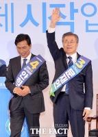 [TF포토] '충정 넘은 문재인…문재인 못 넘은 안희정'