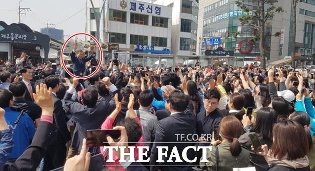 문재인 더불어민주당 대선후보가 18일 제주 유세 현장에서 지지자들에게 손을 흔들고 있다./제주=오경희 기자
