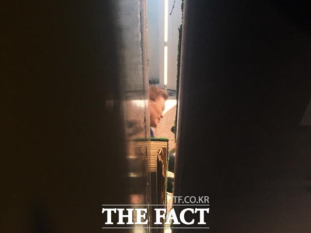 문재인 더불어민주당 대선후보가 18일 오후 전주 전북대 구 정문 앞에서 유세를 펼쳤다. 사진은 유세 차량 아래에서 포착된 연설 중인 문 후보. /전주=윤소희 기자