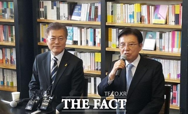 문재인 더불어민주당 대선후보와 김덕룡 김영삼민주센터 이사장은 19일 오후 서울 마포구 한 카페에서 '국민통합을 위한 대화' 행사를 가졌다. 이 자리에서 김 이사장은 문 후보 지지를 선언했다./마포=오경희 기자