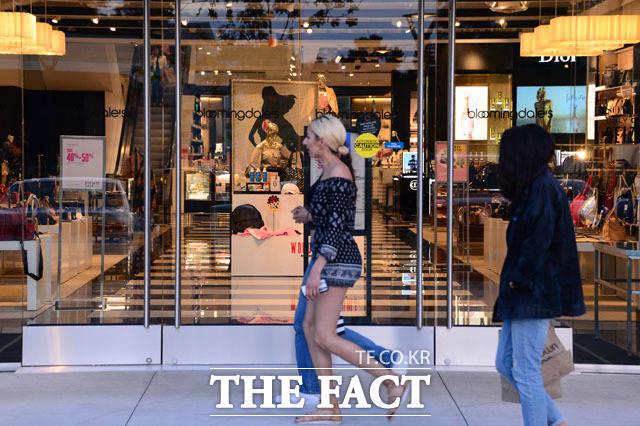 블루밍데일즈 백화점 앞을 지나는 시민들. /남윤호 기자