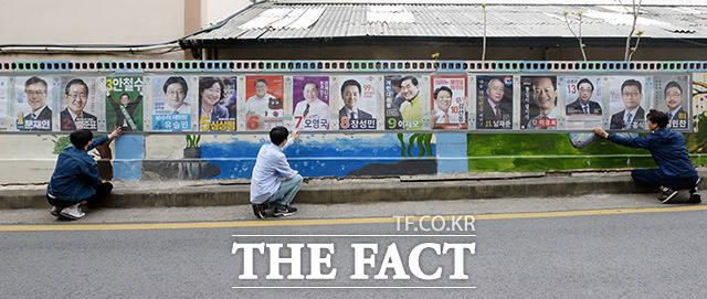 대선 D-19 후보자 포스터 부착 제19대 대통령 선거를 19일 앞둔 20일 오후 서울 가산동주민센터 직원들이 벽보를 부착하고 있다./임영무 기자
