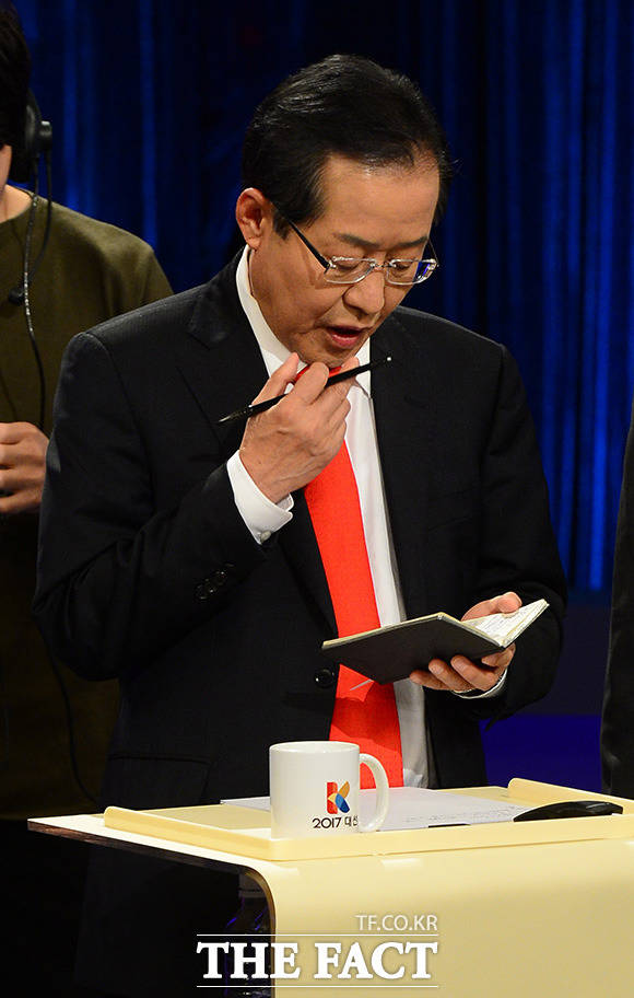19일 오후 서울 여의도 kBS에서 열린 두 번째 대선 TV토론에 앞서 자유한국당 홍준표 후보가 토론 준비를 하고 있다. 이번 대선 토론은 사상 첫 스탠딩 토론으로 진행됐다. /국회사진취재단