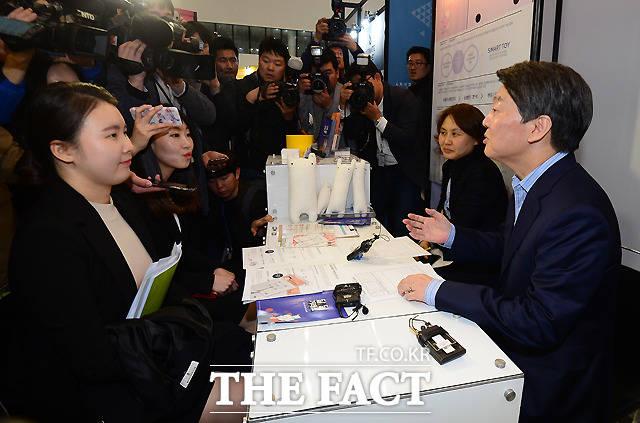 안철수 국민의당 대선 후보가 20일 오후 서울 동대문 디자인플라자에서 열린 산업기술 유망기업 채용, 창업박람회를 찾아 청년들의 취업 진로에 대해 상담을 하고 있다. /동대문=이새롬 기자