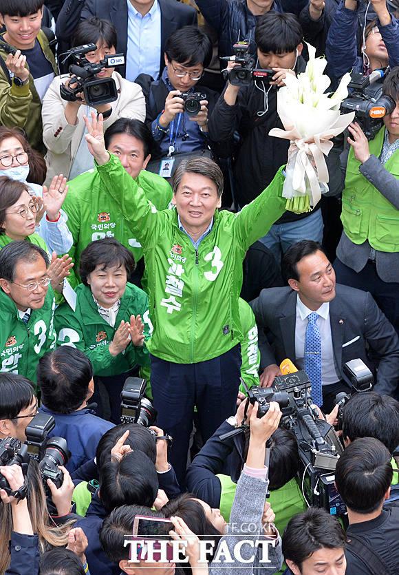 안철수 국민의당 제19대 대통령 후보가 20일 오후 서울 중구 남대문시장에서 유세를 펼치고 있다. /남대문=문병희 기자