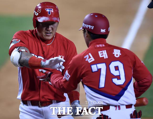 KIA 최형우가 0-2로 리드를 당하던 4회초 무사에서 우월 1점 홈런을 날린 후 김태룡 코치의 환영을 받고 있다.