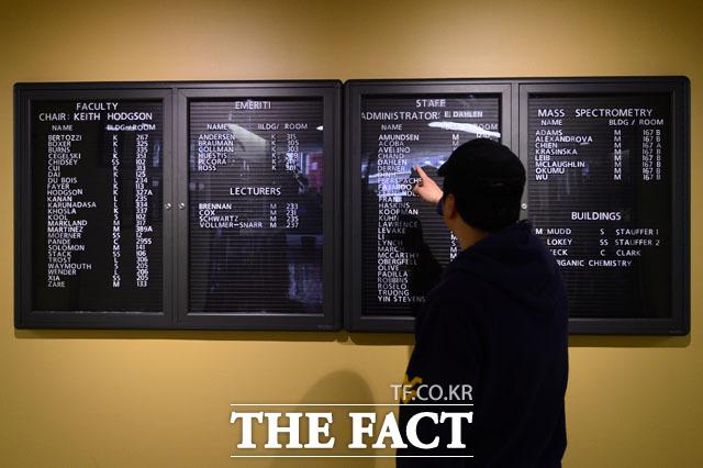 지난 18일 <더팩트> 취재진이 스탠포드대학 화학대학원 로비에 걸려 있는 교수 및 스탭 명단에서 안설희 씨의 이름을 찾고 있다./팔로알토(미 캘리포니아주)=남윤호 기자