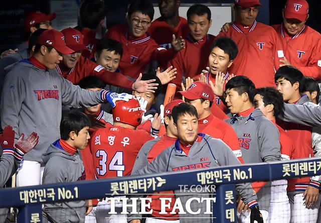 KIA 최형우가 0-2로 리드를 당하던 4회초 무사에서 우월 1점 홈런을 날린 후 동료들의 환영을 받고 있다.