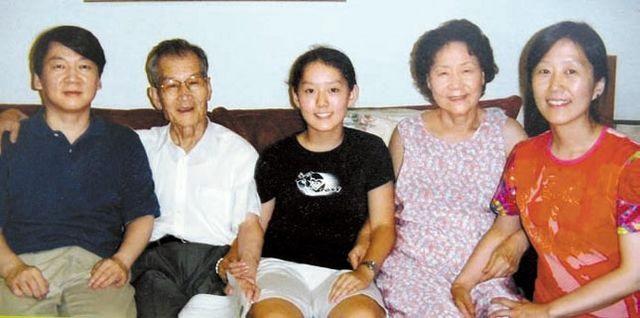 재산 공개를 놓고 논란이 일고 있는 안철수 후보의 딸 설희(가운데) 씨가 지난 3월 휴학한 것으로 확인됐다. /안철수 캠프 제공