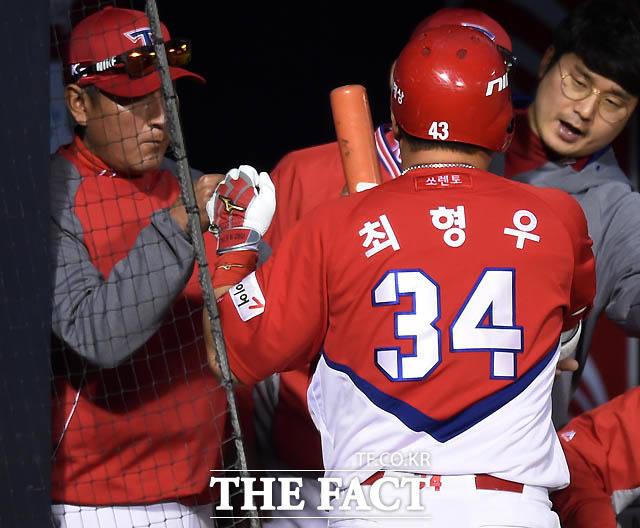 KIA 최형우가 0-2로 리드를 당하던 4회초 무사에서 우월 1점 홈런을 날린 후 김기태 감독의 환영을 받고 있다.