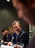 [TF포토] 인터넷신문협회 포럼에 참석해 미소 짓는 문재인 후보