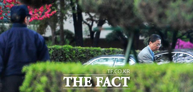 우병우 전 민정수석이 지난달 18일 오후 서울 강남구 압구정동 자택에서 나와 경비의 안내를 받으며 차에 타고 있다. /이덕인 기자