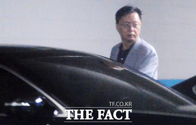 우병우 전 민정수석이 지난달 26일 오후 서울 강남구 논현동 가족회사 '정강'이 있는 청원빌딩 주차장에서 차량에 탑승하며 주위를 살피고 있다. /논현동=이덕인 기자