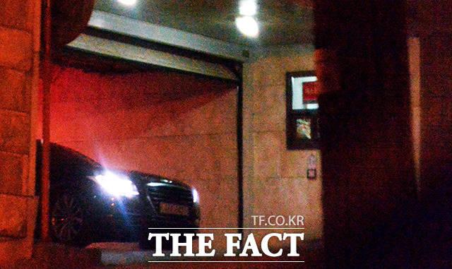 지난달 19일 저녁 서울 강남구 학동로에 있는 장모 집에서 차량을 이용해 이동하고 있는 우병우 전 민정수석. /임세준 기자