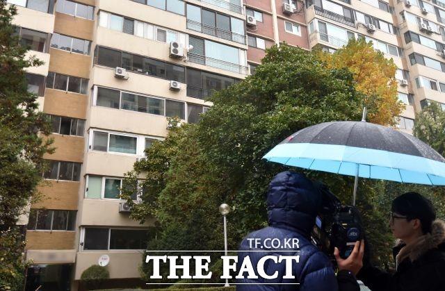 우병의 전 수석과 가족들이 거주하고 있는 서울 강남구 압구정동의 한 아파트. 이곳은 지난해와 달리 취재진의 모습이 뜸해 우 전 수석이 취재진을 의식하지 않고 자유롭게 출입을 하고 있다. /이새롬 기자