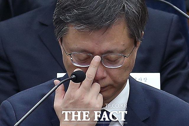 우병우 전 청와대 민정수석이 지난해 12월 22일 오후 서울 여의도 국회의사당에서 열린 '제 5차 청문회'에서 안경을 올리고 있다. 이날 청문회에서도 우 전 수석의 반성하는 모습은 전혀 보이지 않았다. /국회사진취재단