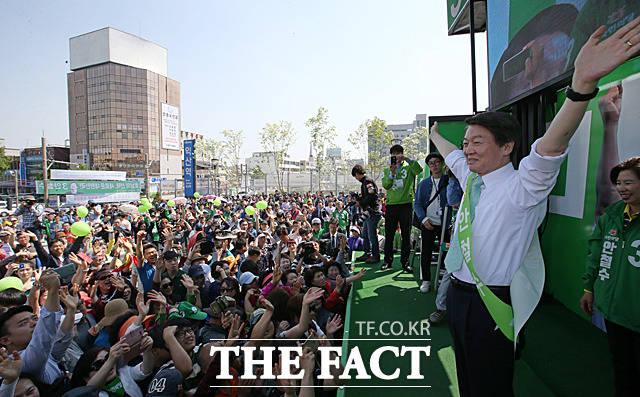 안철수 국민의당 대선후보가 3일 오후 전북 익산시 익산역 광장에서 시민들을 향해 선거 유세를 펼친 뒤 V3 포즈를 취하고 있다. /익산=문병희 기자