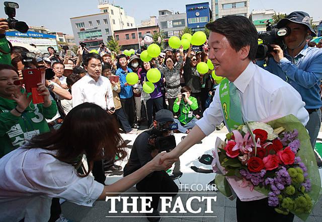 안철수 국민의당 대선후보가 3일 오후 전북 익산시 익산역 광장에서 시민들을 향해 지지를 호소하고 있다. /익산=문병희 기자