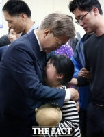 [TF포토] 눈물 흘리는 아이 안아주는 문재인 후보