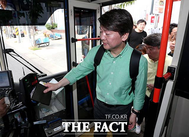 안철수 후보가 버스를 타고 이동하고 있다.